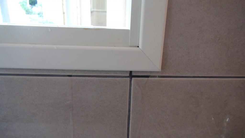 בדיקת ליקויי בניה בבית מגלה נזילת מים מעדן החלון