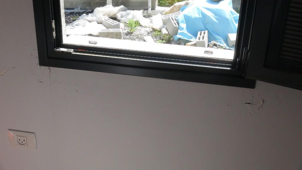 סימני רטיבות על קיר
